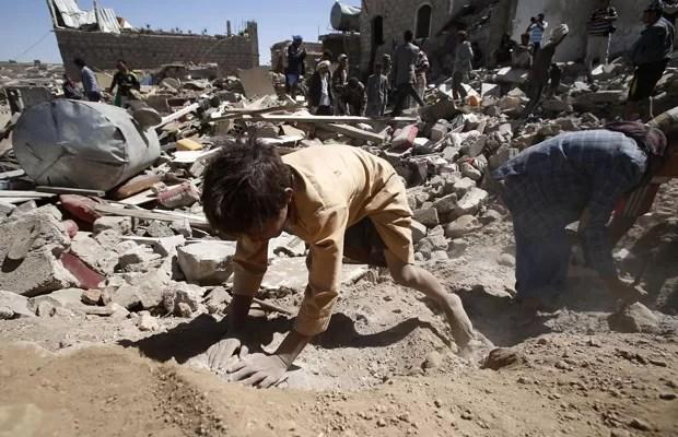 Crianças brincam em entulho após ataques sauditas em Sanaa, capital do Iêmen, nesta sexta (1º) (Foto: Hani Mohammed/AP)