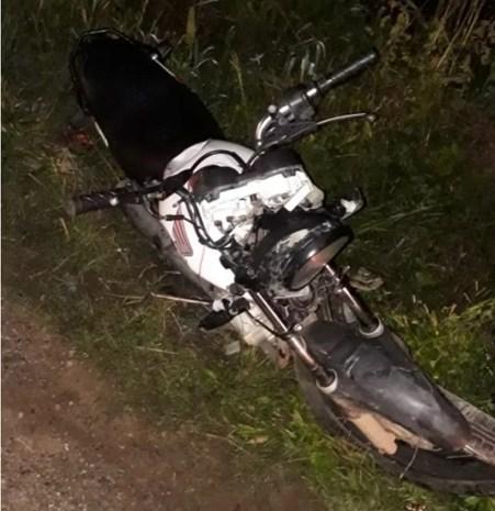 Motocicleta  guiada pelas vítimas durante acidente em Toritama (Foto: WhatsApp/Reprodução)
