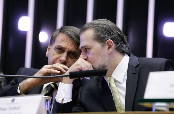 Presidente eleito Jair Bolsonaro (à esquerda) conversa com o presidente do STF, Dias Toffoli, durante sessão solene no Congresso em homenagem aos 30 anos da Constituição — Foto: Cleia Viana/Câmara dos Deputados