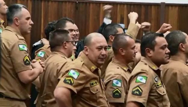 Policiais comemoraram o resultado do julgamento (Foto: Reprodução/RPC)
