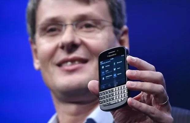 Thorsten Heins mostra o modelo Q10 do BlackBerry 10, com teclado físico (Foto: Shannon Stapleton/Reuters)