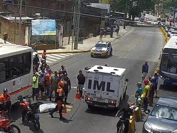 Acidente entre moto e ônibus deixa motoqueiro morto na Avenida Norte (Foto: Assessoria da CTTU/Divulgação)