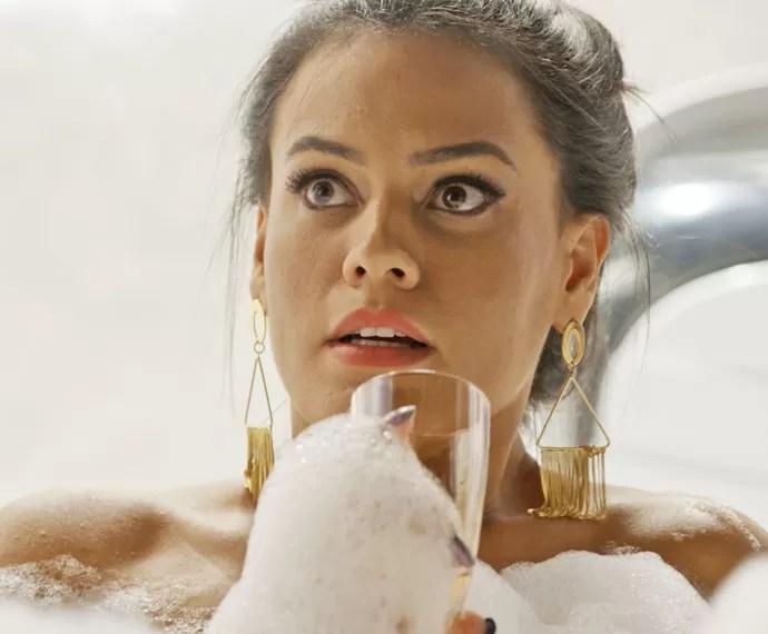Alisson é pega no flagra na banheira (Foto: TV Globo)