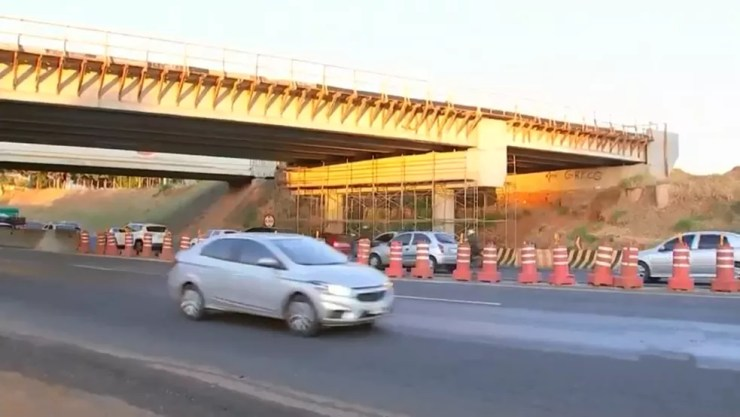 Ponte que está sendo construída em cima da BR-153 em Rio Preto (Foto: Reprodução/TV TEM)