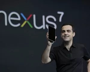 Diretor de produto do Google, Hugo Barra, mostra o tablet próprio da companhia chamado Nexus 7 (Foto: Paul Sakuma/AP)