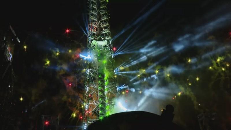 """Torre de TV de Brasília iluminada para o Natal de 2019; estrutura de 230 metros foi considerada a maior """"árvore de Natal"""" do país — Foto: TV Globo/Reprodução"""