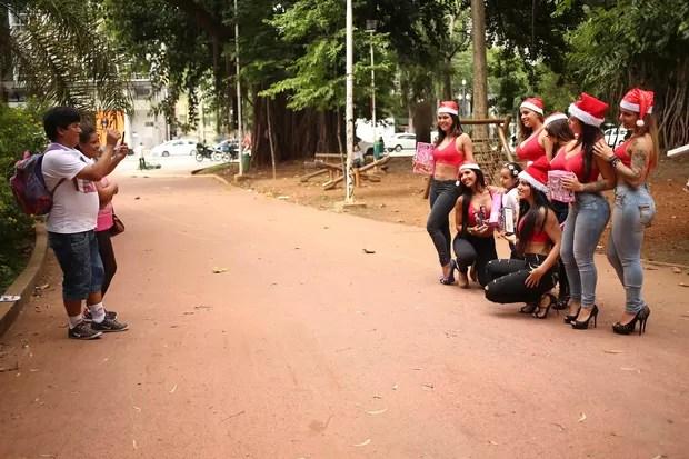 Meninas vestidas de Mamãe Noel  (Foto: Iwi Onodera/EGO)