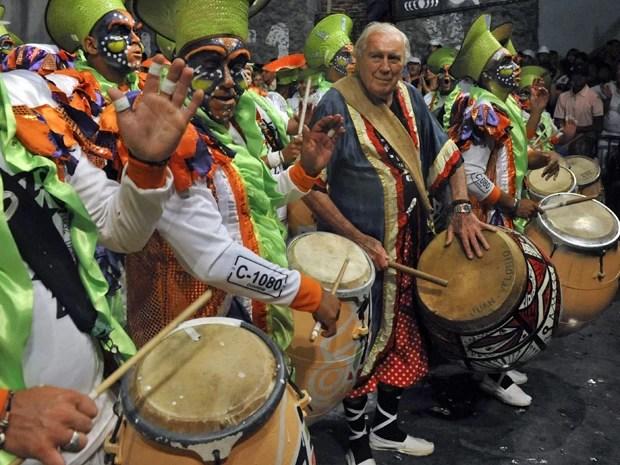 O artista plástico uruguaio Carlos Páez Vilaró participa de carnaval em Montevidéu em fevereiro de 2011 (Foto: AFP PHOTO/Pablo PORCIUNCULA)
