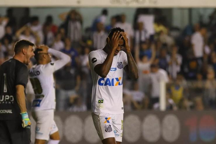 Bruno Henrique lamenta uma das chances perdidas do Santos (Foto: Agência Estado)