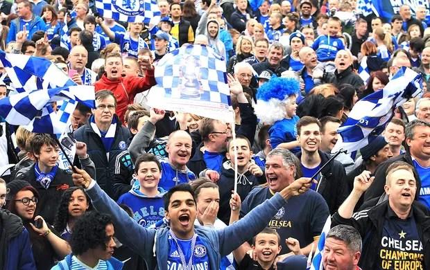 torcida do Chelsea na festa do título da Liga dos Campeões (Foto: Reuters)