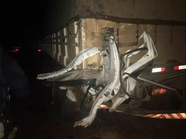 Algumas peças da caminhonete ficaram presas na carreta no acidente — Foto: Divulgação