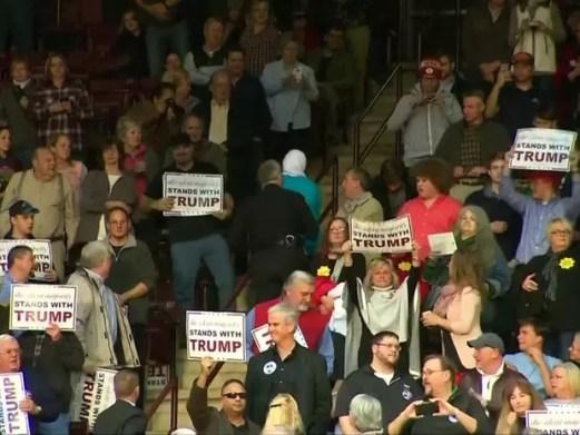 Mulher muçulmana é retirada de comício de Trump nos EUA (Foto: Reuters)