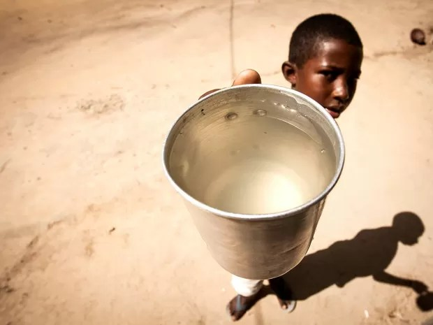 Com rio represado e poluido, Fernando Pimenta mostra a água que sobrou para beber no espírito santo (Foto: Marcelo Prest/A Gazeta)