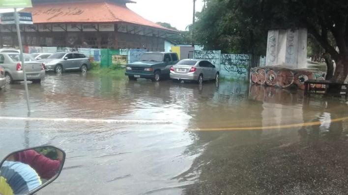 Visconde de Souza Franco, esquina com Castilhos França: alagamentos (Foto: Gil Sóter/G1 PA)