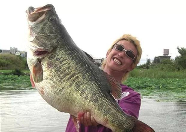 Em 2010, o japonês Manabu Kurita pescou um 'black bass' (conhecido como achigã), peixe que é bastante 'manhoso', de 10,92 kg no lago Biwa, no Japão, e igualou o recorde mundial que já durava 77 anos. (Foto: AP)