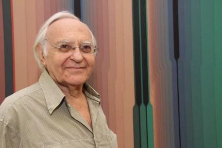 O artista plástico Abraham Palatnik ao lado de suas obras na Galeria Nara Roesler, em São Paulo. Foto de outubro de 2012 — Foto: Denise Andrade/Estadão Conteúdo/Arquivo