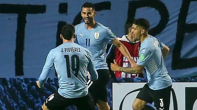 Jogadores do Uruguai comemoram o gol de Gaston Pereiro contra o Equador
