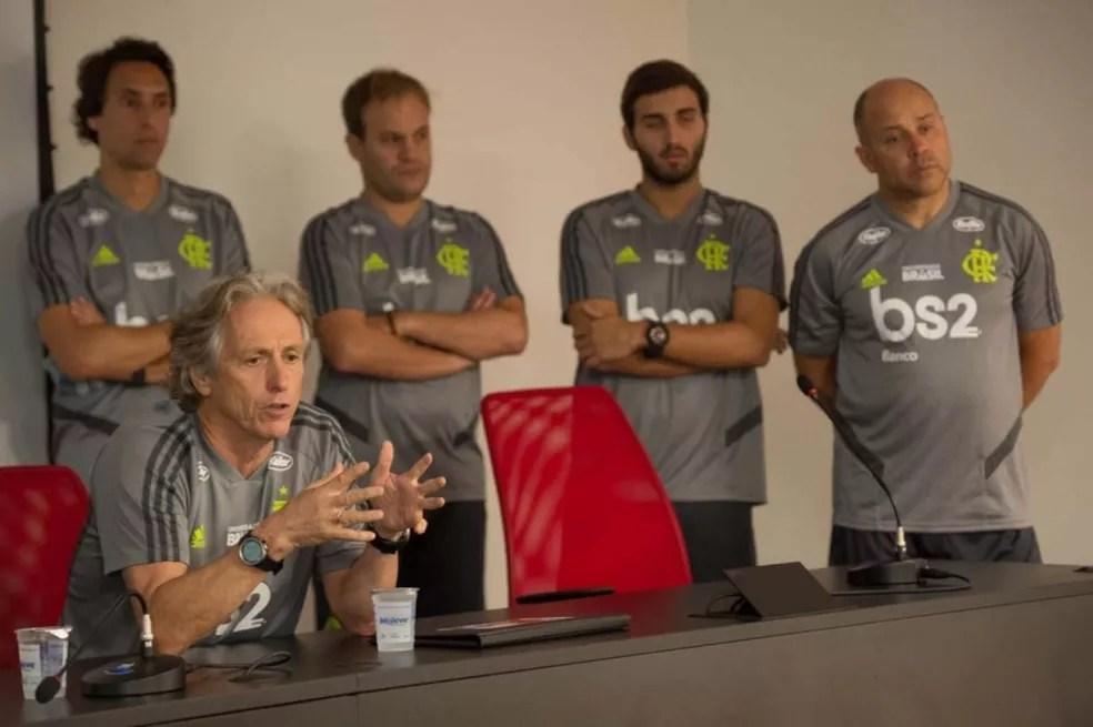 Jorge Jesus com assistentes ao fundo: João de Deus, Gil Henriques, Rodrigo Araújo e Mário Monteiro — Foto: Alexandre Vidal / Flamengo