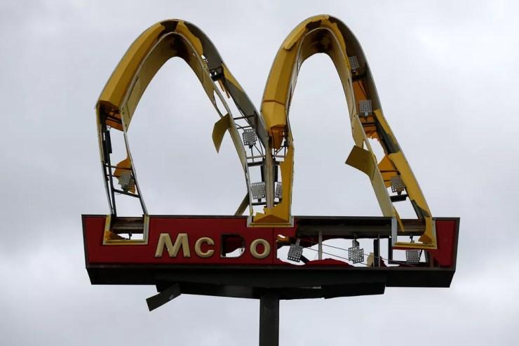 Placa do McDonald's fica destruída após a passagem do furacão Michael pela Flórida — Foto: Jonathan Bachman/Reuters
