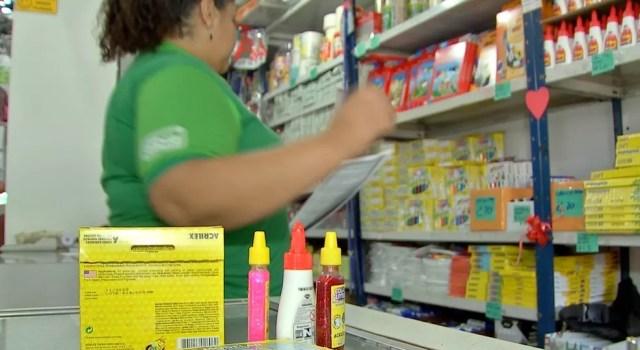Pais devem pesquisar preços em várias lojas — Foto: TVCA/Reprodução