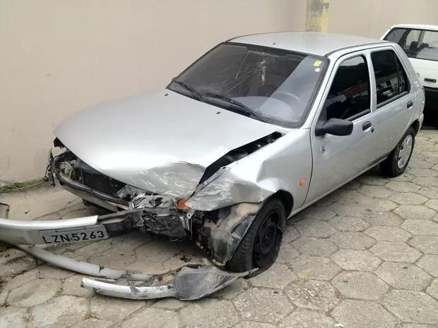 Carro foi atingido por disparos e capotou (Foto: João Salgado/RBS TV)