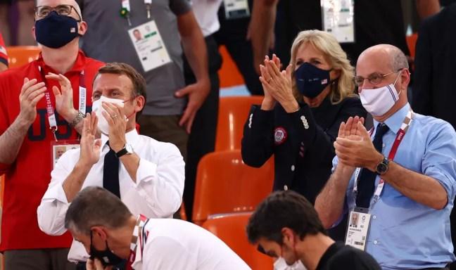 Emmanuel Macron, presidente da França, e Jill Biden, primeira-dama dos EUA, aplaudem aos times dos dois países de basquete feminino 3x3 nas Olimpíadas de Tóquio, no sábado (24) — Foto: Andrew Boyers/Reuters