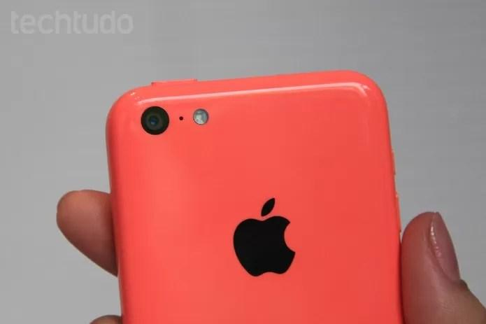 iPhone 5C, conhecido pelo acabamento em plástico, poderá ser descontinuado em 2015 (Foto: Isadora Díaz/TechTudo)