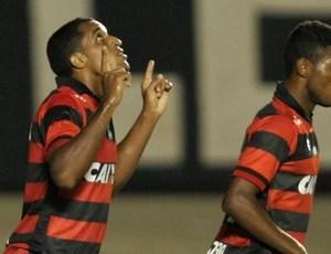 Dodo comemora gol do Atlético-GO sobre o Joinville (Foto: Carlos Costa/Agência Estado)