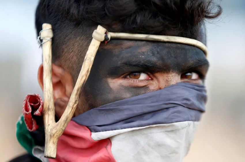 Um manifestante palestino é visto durante protesto na fronteira entre Israel e Gaza contra a inauguração de embaixada dos EUA em Jerusalém (Foto: Mohammed Salem/Reuters)