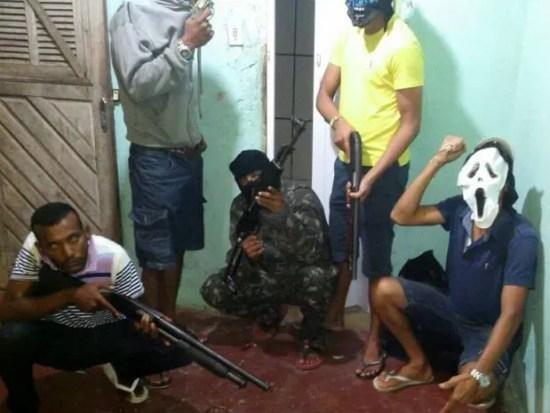 Fotos com criminosos armados circulam nas redes sociais (Foto: Reprodução)