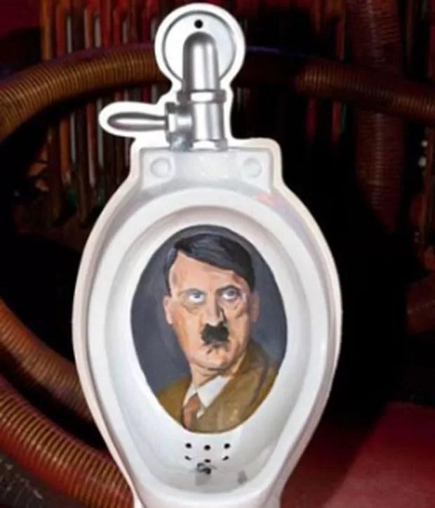 O alemão Michael Berger abriu um museu com itens e acessórios relacionados a banheiros. Há desde assentos de privada até suportes para papel higiênico. Um dos acessórios que chamam atenção é um urinol que traz o rosto do nazista Adolf Hitler em seu interior. (Foto: Reprodução)