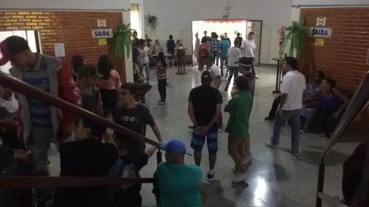 Muitos adolescentes acompanharam o velório da menina morta pelo pai — Foto: Carlos Dias/G1