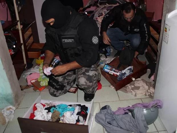 Policiais fazem buscas durante a Operação Delta (Foto: Divulgação/Polícia Civil)