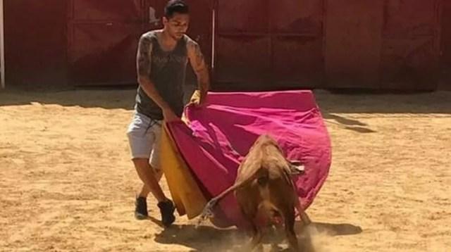 Petros encarna toureiro em foto para se despedir do Betis (Foto: Reprodução / Instagram)