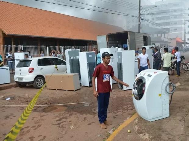 Móveis foram retirados da loja (Foto: Magda Oliveira/G1)