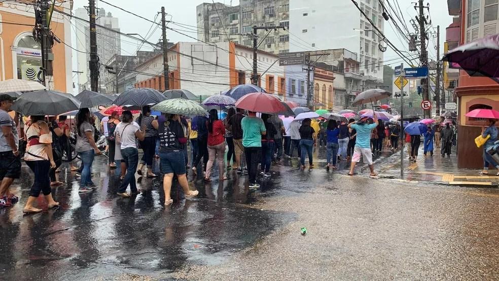 Grupo de professores da rede estadual fizeram longa carreata pelo Centro de Manaus — Foto: Patrick Marques/G1 Amazonas