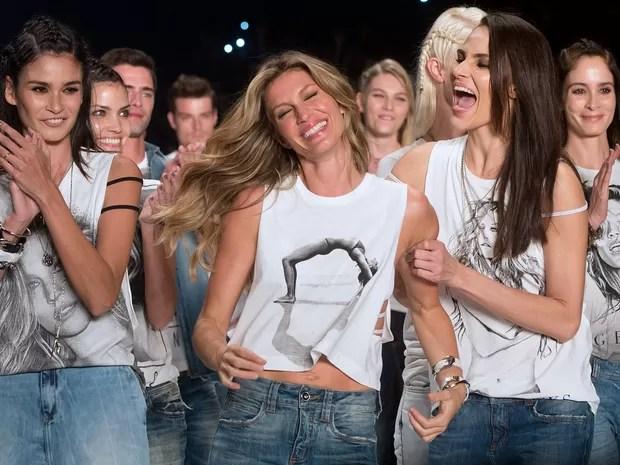 A modelo Gisele Bündchen posa para fotos durante o São Paulo Fashion Week, em São Paulo (Foto: Andre Penner/AP)