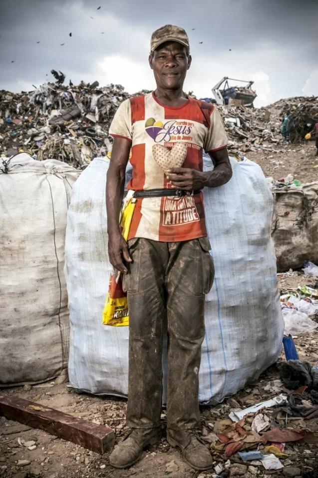 """DEVAGAR - Em 2012, Eterbaldo Conceição, 51 anos, sofreu um infarto no lixão. Após o fechamento de Gericinó, recebeu a indenização quase como uma pensão para seu novo estado de saúde. """"Tenho de ir devagar agora"""", diz. Hoje leva uma vida mais sossegada em sua casa, na rua Cataguases, em Bangu. Do lixo ele já se livrou, mas o cigarro não é algo que esteja disposto a largar tão facilmente.   (Foto: Micha Ende)"""