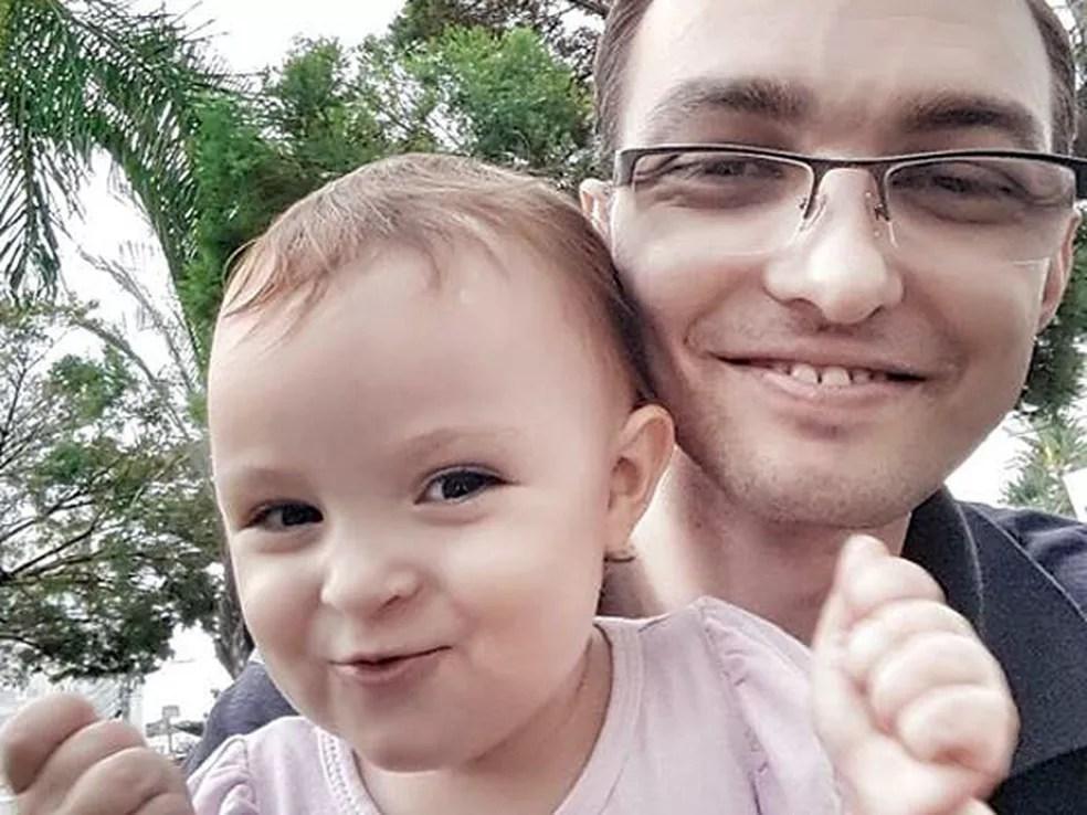 Ricardo com filha Laís, no primeiro ano de vida dela: vigilante tenta se manter otimista quanto ao futuro (Foto: Reprodução/Facebook/Ricardo Oxigênio)