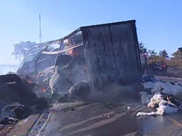 Fogo consumiu toda a carga de algodão do carreta (Foto: Reprodução TVCA)