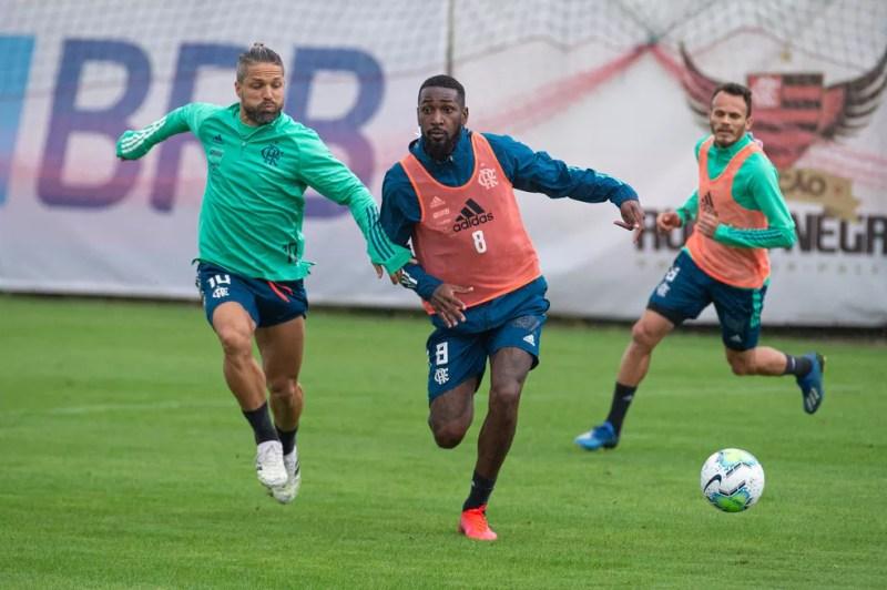 Gerson e Diego durante o treino de quinta-feira no Ninho — Foto: Alexandre Vidal/Flamengo