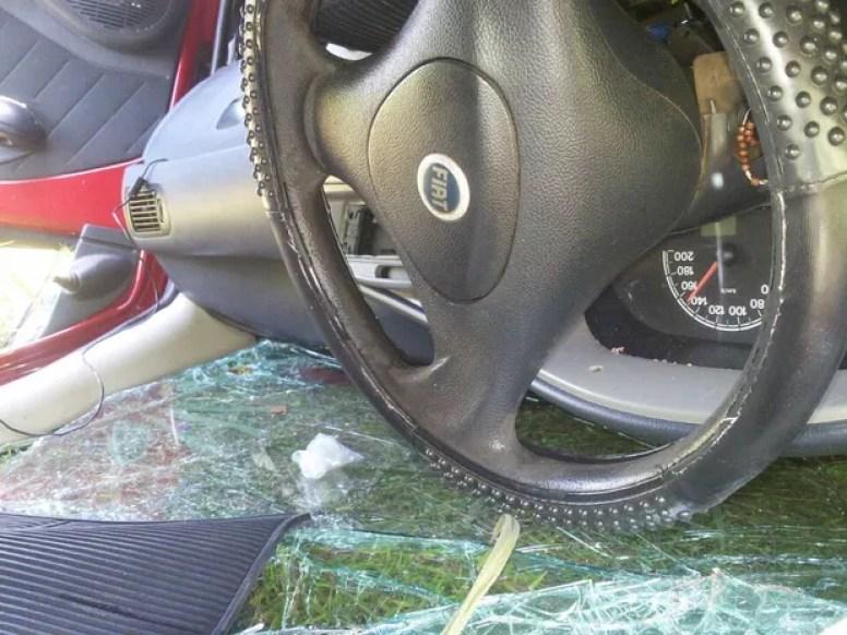 Interior do carro ficou destruído (Foto: Mazim Aguiar/TV Anhanguera)