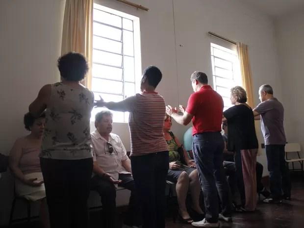 Aplicação do passe simples pelo grupo mediúnico (Foto: Isabela Ribeiro/ G1)