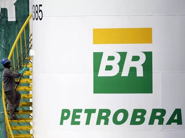 Trabalhador pinta tanque da Petrobras em Brasília. 30 de setembro de 2015 (Foto: REUTERS/Ueslei Marcelino/Files)