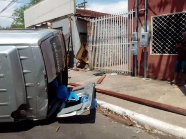 Van escolar ficou tombada após ser atingida por carro e três se machucaram e foram encaminhadas para hospitais de MT — Foto: Arquivo pessoal