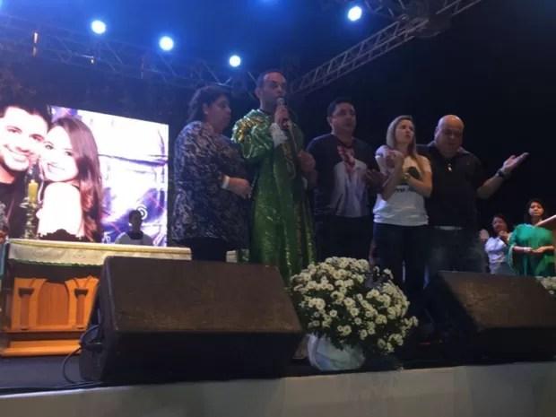 Pais de Cristiano Araújo e Allana Moraes participam de homenagem aos filhos, em Goiás (Foto: Vanessa Martins/G1)