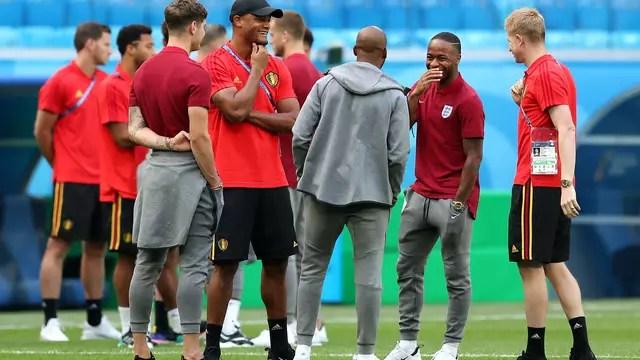 """A """"panelinha"""" do Manchester City, com jogadores de Inglaterra e Bélgica: Stones, Kompany, Young, Sterling e Kevin De Bruyne"""