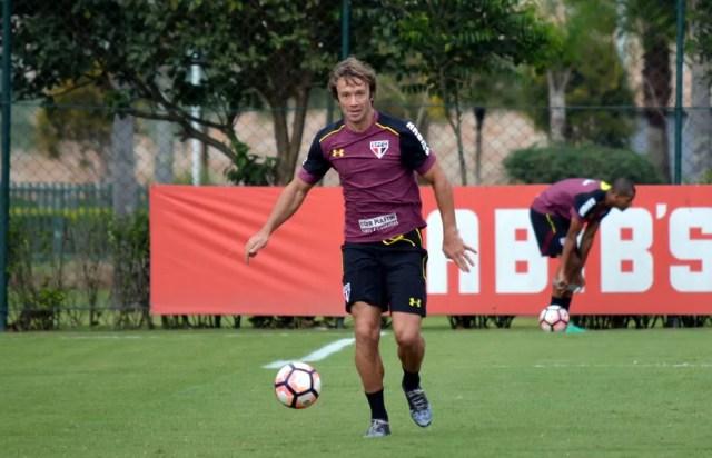 Lugano tem apoio de Marco Aurélio e de boa parte da torcida para renovar contrato (Foto: Érico Leonan/saopaulofc.net)