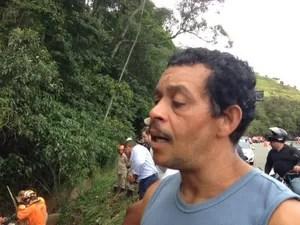 O jardineiro José Fernandes tenta encontrar o corpo do irmão (Foto: Maria Valente)