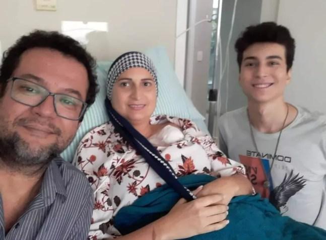 Rosangela com a família, durante tratamento contra câncer — Foto: Arquivo pessoal